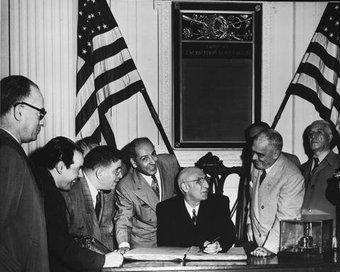 Irans Premierminister Mossadegh (Mitte) zu Besuch in Philadelphia im Jahr 1951; Foto: wikipedia