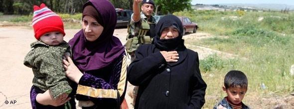 Syrische Flüchtlinge an der syrisch-türkischen Grenze; Foto: AP