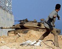 Palästinenser wirft Steine auf israelischen Panzer in der Westbank; Foto: AP