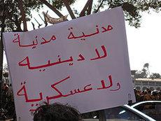 Demo-Slogan in Kairo: Madaniya, madaniya, la diniya, la 'askariya!; Foto: flickr.com