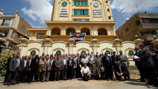 Mitglieder der Ikhwan al-Muslimin vor ihrer Parteizentrale in Kairo