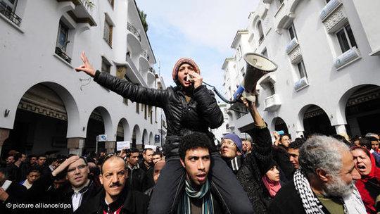 Demonstranten in Rabat fordern mehr politische Freiheiten und Rechte i Marokko; Foto: dpa