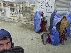 Kinder udn Frauen vor einer Klinik in Kabul; Foto: AP