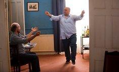 Mahmud (Omid Djalili, r.) bereitet sich bei Lenny (Richard Schiff, l.) auf den Besuch einer Bar Mitzwa vor; Quelle: Central Film
