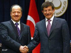 Der türkische Außenminister Ahmet Davutoglu (rechts) und Massoud Barzani, Präsident der autonomen Region Irak-Kurdistan; Foto: AP