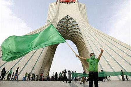 Demonstrant der grünen Protestbewegung demonstriert vor dem Azadi-Monument in Teheran; Foto: DW