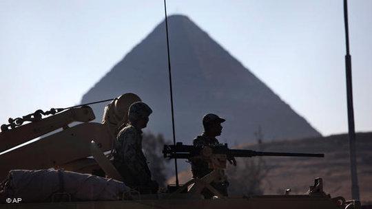 Ägyptische Armeeeinheiten vor Pyramide; Foto: AP