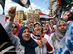 Frauen demonstrieren gegen das Mubarak-Regime in Kairo; Foto: dpa