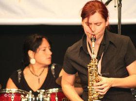 Bandleaderin Niescier beim Spiel; Foto: DW