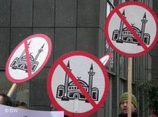 Mitglieder von Pro Köln demonstrieren gegen den Bau der Moschee in Köln-Ehrenfeld; Foto: DW