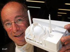 Architekt Paul Böhm mit dem Modell der Moschee; Foto: AP