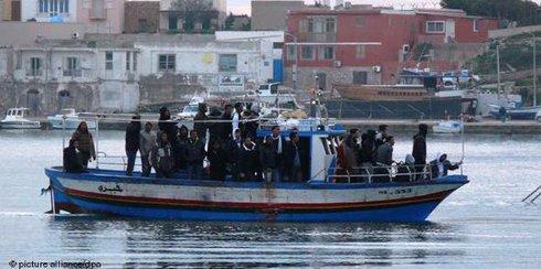 Afrikanische Bootsflüchtlinge vor Lampedusa; Foto: dpa