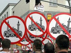 """Demonstration von """"Pro Köln""""-Anhängern gegen den Bau einer Kölner Moschee in Ehrenfeld; Foto: AP"""
