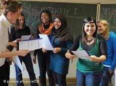 """Junge Migranten und Integrationskurs """"Deutsch als Fremdsprache""""; Foto: picture alliance"""