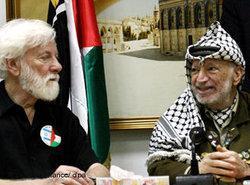 Uri Avnery und Jassir Arafat; Foto: dpa