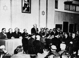 Ben Gurion hält die Unabhängigkeitserklärung am 14. Mai 1948; Foto: DW