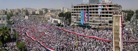 Demonstration gegen das Assad-Regime in Hama; Foto: AP