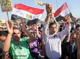 Gegner Mubaraks demonstrieren vor der Polizeiakademie in Kairo; Foto: dpa