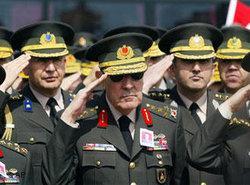 Einheiten des türkischen Militärs mit dem früheren Armeechef Büyükanit; Foto: AP