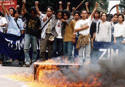 Demonstration gegen Suharto in Bandung 1998; Foto: AP