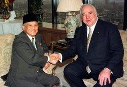 Indonesiens früherer Präsident Habibie bei Alt-Kanzler Kohl; Foto: dpa