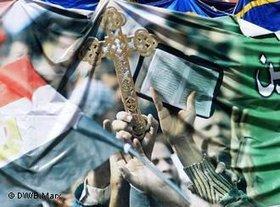 Demonstranten auf dem Tahrir-Platz mit Kreuz und Koran; Foto: DW/Bettina Marx
