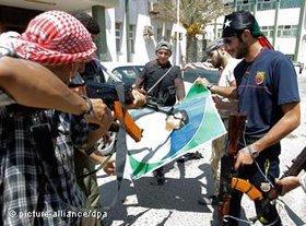 Bewaffnete libysche Rebellen; Foto: dpa