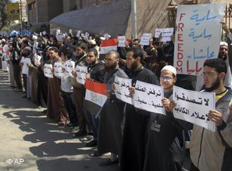 Salafisten demonstrieren in Ägypten gegen koptische Christen; Foto: AP