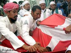 Indonesisch muslimische Demonstranten verbrennen die dänische Flagge im Protest gegen die Mohammed Karikaturen; Foto: dpa