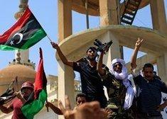 Rebellen nach der Eroberung der Gaddafi-Residenz in in Bab Al-Aziziya; Foto: dapd