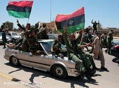 Libysche Rebellen feiern den Sieg über Gaddafi in Tripolis; Foto: dpa