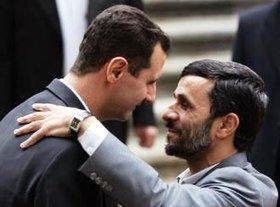 Baschar Assad und Mahmud Ahmadinejad umarmen sich; Foto: AP