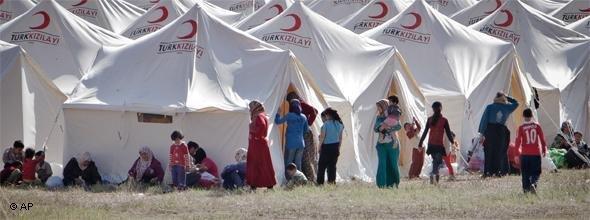 Syrische Flüchtlinge an der türkischen Grenze; Foto: AP