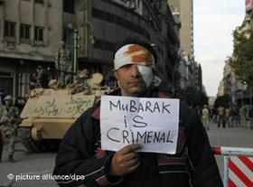 Verletzter Mann auf Tahrir-Platz mit Anti-Mubarak-Plakat; Foto: dpa