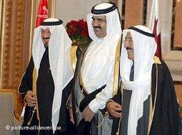 Akteure im politischen Machtpoker mit dem Irak: der Emir Kuwaits, Sabah al-Ahmad al-Jabir (Links), der Emir Qatars, Hamad bin Khalifa al-Thani (Mitte) und der saudische Prinz Sultan Bin Abdul Aziz auf dem vergangenen GCC-Gipfel in Riad; Foto: dpa