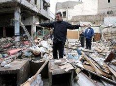Mann steht auf Trümmern eines zerstörten Hauses nach einem Terroranschlag in Kirkuk am 15. August 2011; Foto: AP