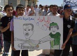 Demonstration gegen das Regime: Auf einem Transparent zeiht der gestürzte Gaddafi Syrines Präsident Assad mit sich; Foto: dapd
