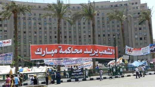 Demonstranten am Tahrir-Platz in Kairo fordern den Prozess gegen Hosni Mubarak; Foto: Bettina Marx/DW