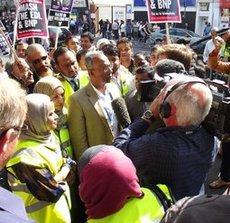 Lutfur Rahman während der anti-EDL Kundgebung; Foto: Joseph Burke
