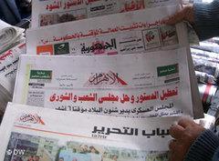 Regionale Printmedien an einem Zeitungsstand in Kairo; Foto: AP