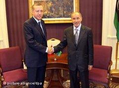 Recep Tayip Erdogan (links) und Mustafa Abdel Jalil in Tripolis; Foto: dpa