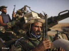 Rebellen vor Bani Walid; Foto: dapd