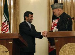 Irans Präsident Ahmadinedschad am 10. März 2010 zu Besuch bei Hamid Karsai in Kabul; Foto: AP