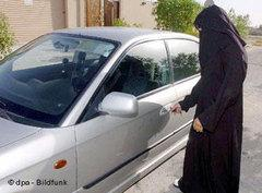 Frau schließt PKW ihrer Fanilie in Riad auf; Foto: dpa