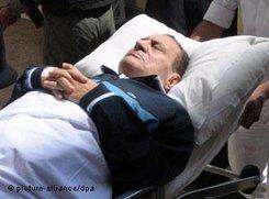Mubarak auf dem Weg in den Gerichtssaal in Kairo; Foto: dpa