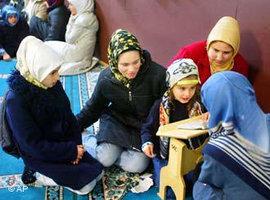 Türken in einer Koranschule der Türkisch-Islamischen Union der Anstalt für Religionin Berlin 2003; Foto: AP