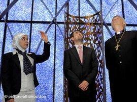 Der Penzberger Imam Benjamin Idriz (Mitte) gemeinsam mit Gönül Yerli vom Islamischen Forum und Bischof Friedrich in der Penzberger Moschee; Foto: