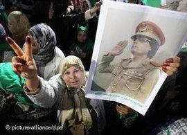 Anhänger Muammar al-Gaddafis; Foto: dpa