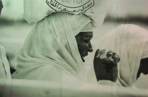 Reem al Faisals Bild einer Frau auf dem Markt in Dschidda; Foto: Kersten Knipp
