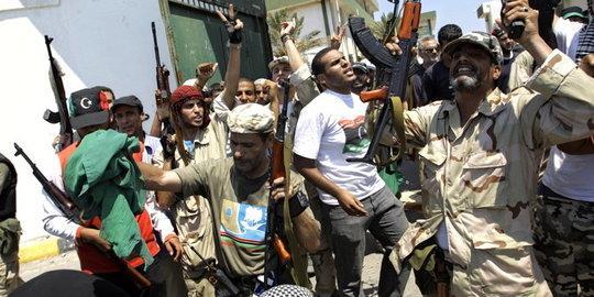Rebellen bei der Einnahme eines Militärlagers in Tripolis; Foto: dpad